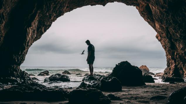 Aller vivre dans une grotte